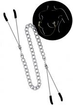Pinces à seins et chaine argentée - 2 pinces à seins reliées entre elles par une chainette en acier argenté, pour lui procurer de délicieuses sensations.