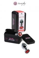 Plug aluminium S Rouge - Plug anal en métal de la marque espagnole Secret Play. D'une longueur de 7,5 cm et un diamètre de 2,5 cm sa forme est étudiée pour procurer d'intenses sensations. Il est décoré d'un strass rouge.